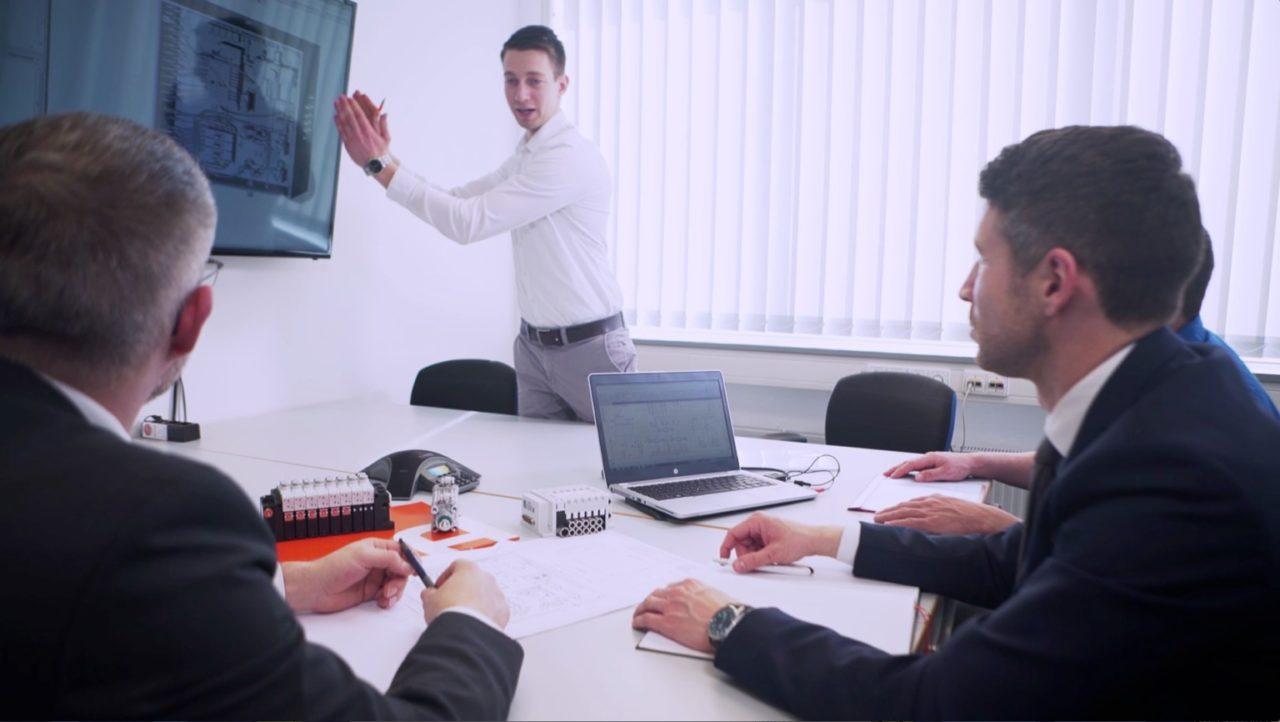 """tecmotion - Ausschnitt 03 aus dem AVENTICS-Imagefilm """"Systemtechnik"""", Mitarbeiter im Beratungsgespräch"""