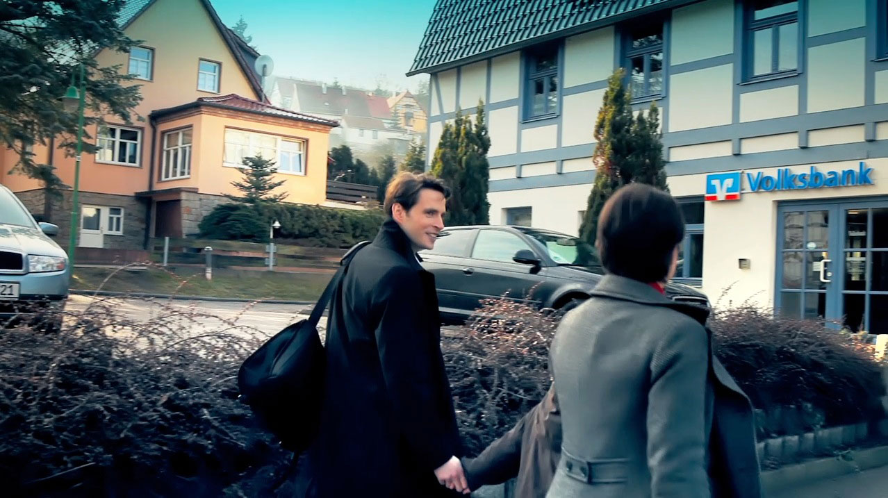 tecmotion - Imagefilm der Volksbank Halle, Kunden vor der Bankfiliale