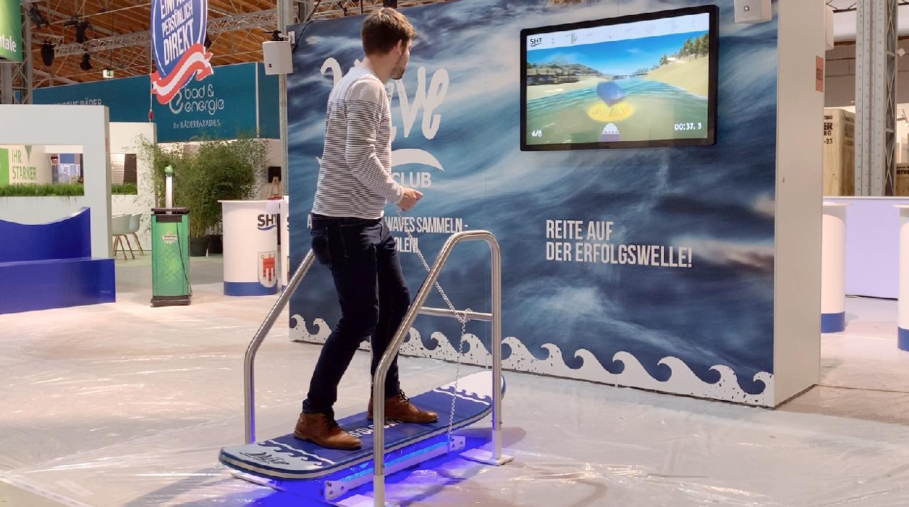 tecmotion - Messespiel für SHT, Spieler in Aktion auf dem Surfboard